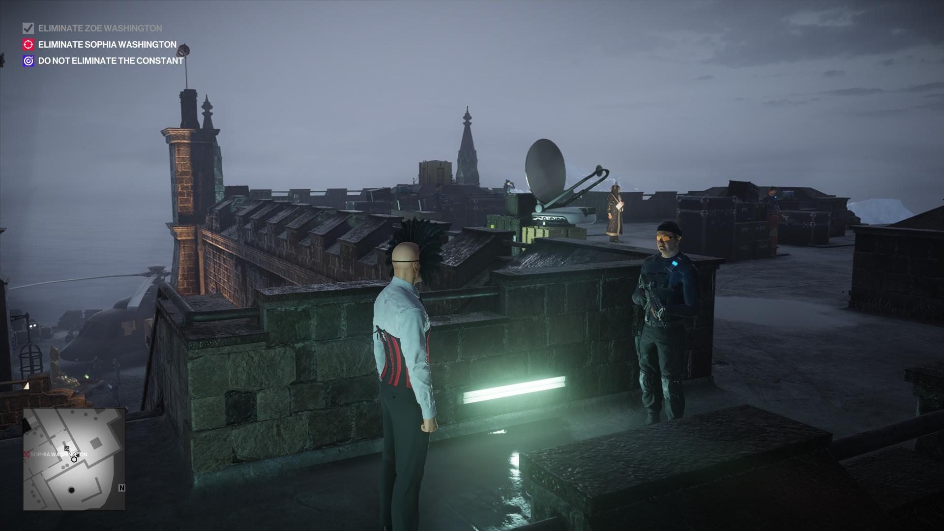 Agent 47 in a waiter's clothes that inexplicably includes a corset, approaching an armed guard.