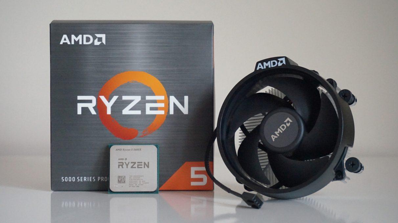 Foto CPU AMD Ryzen 5 5600X di depan kotak ritelnya dan pendingin Wraith Stealth yang menyertainya.