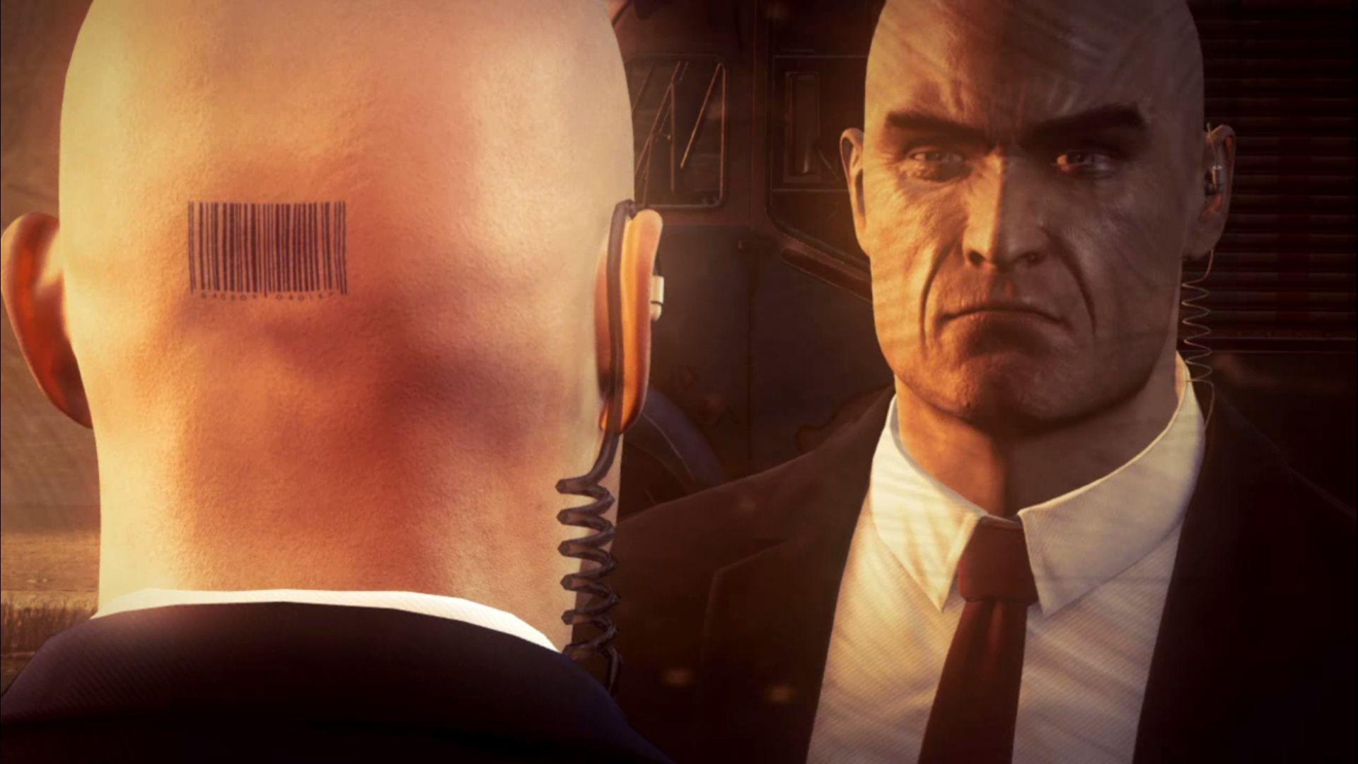 El Agente 47 de Hitman mirándose a sí mismo en un espejo.  Podemos ver la parte de atrás de su cabeza y el código de barras, y su cara haciendo muecas.