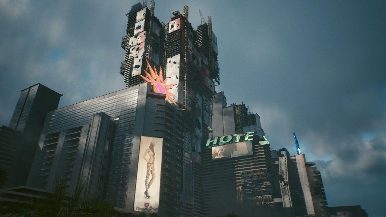 Kumpulan bangunan logam dan kaca bobrok setengah jadi. Salah satunya memiliki tanda besar bertuliskan HOTEL di atasnya, tetapi L telah jatuh.
